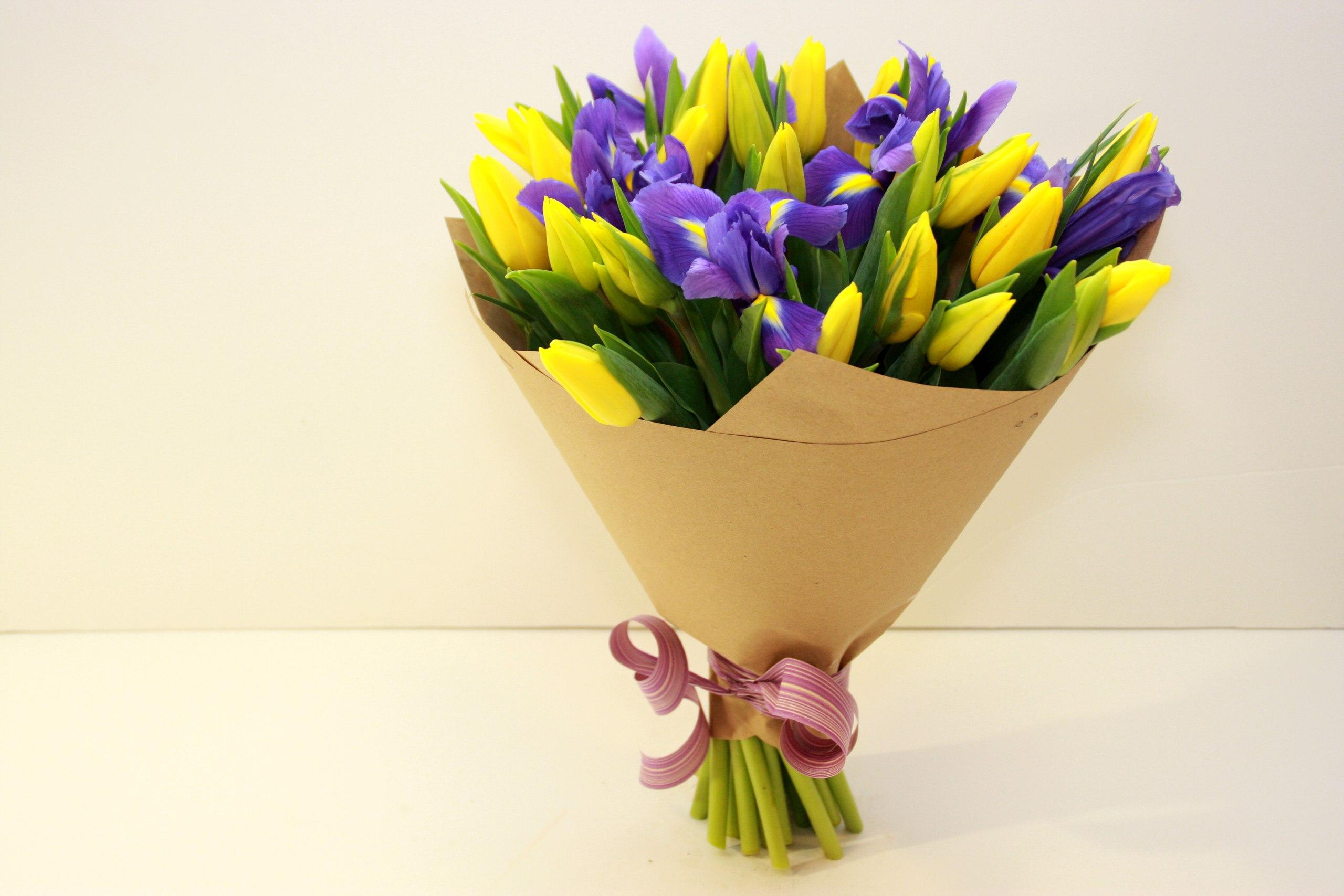 Букеты из тюльпанов с ирисами фото, полевой букет